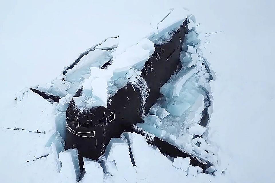 Впервые в истории Военно-Морского Флота выполнено всплытие из-подо льда трёх атомных ракетоносцев с проломом полутораметрового льда