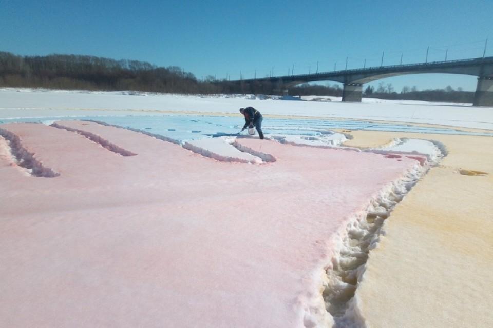 Специалисты Росприроднадзора проверят качество краски рисунка на реке Вятке. Фото: https://43.mchs.gov.ru/.