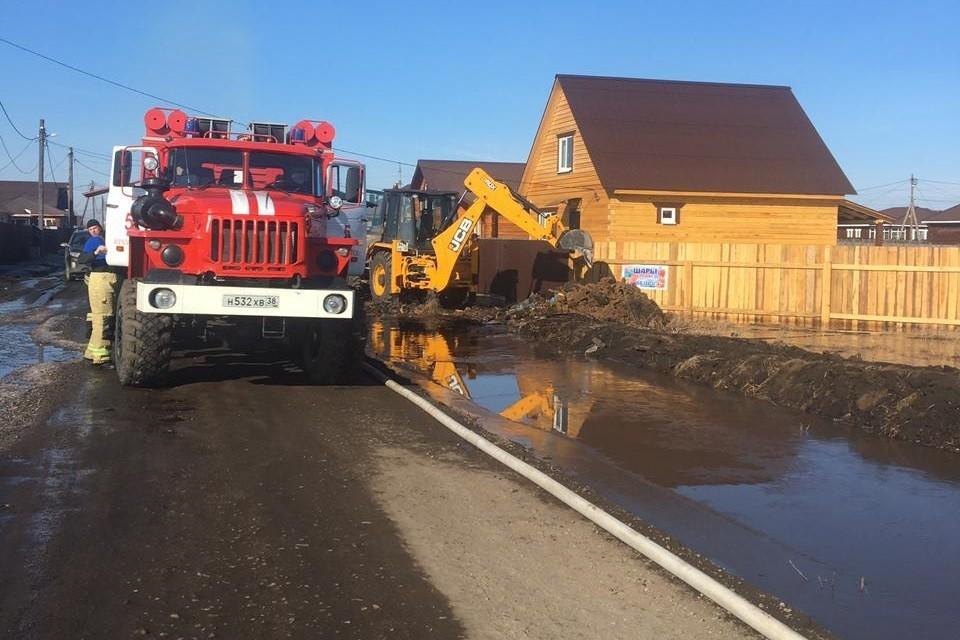 Пожарные спасают от подтопления дома в поселке Хомутово