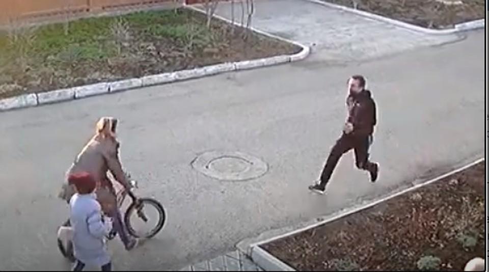 Остановить подонка сначала попыталась мать детей (Фото: скрин с видео).