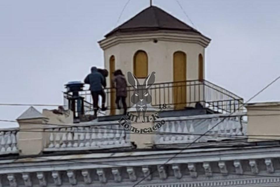 """Подростки устроили пляски на крыше в кузбасском городе. ФОТО: """"ЧП Ленинск-Кузнецкий 112"""""""