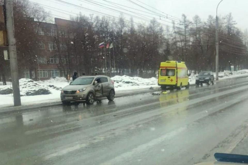 В Ленинском районе столкнулись кроссовер и карета скорой помощи. Фото: АСТ - 54