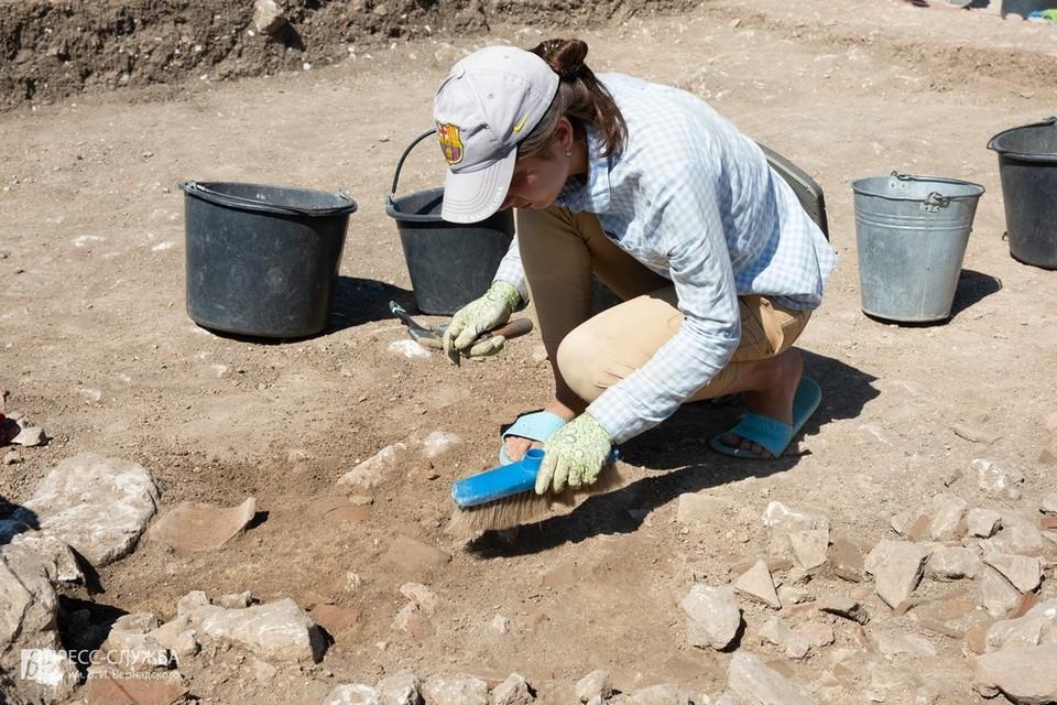 Археологи нашли на объекте значительное количество керамических изделий. Фото: пресс-служба КФУ