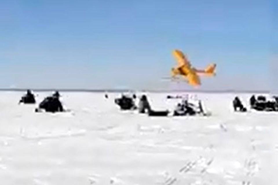 Самолет пролетел над головами рыбаков. Фото: стоп-кадр.