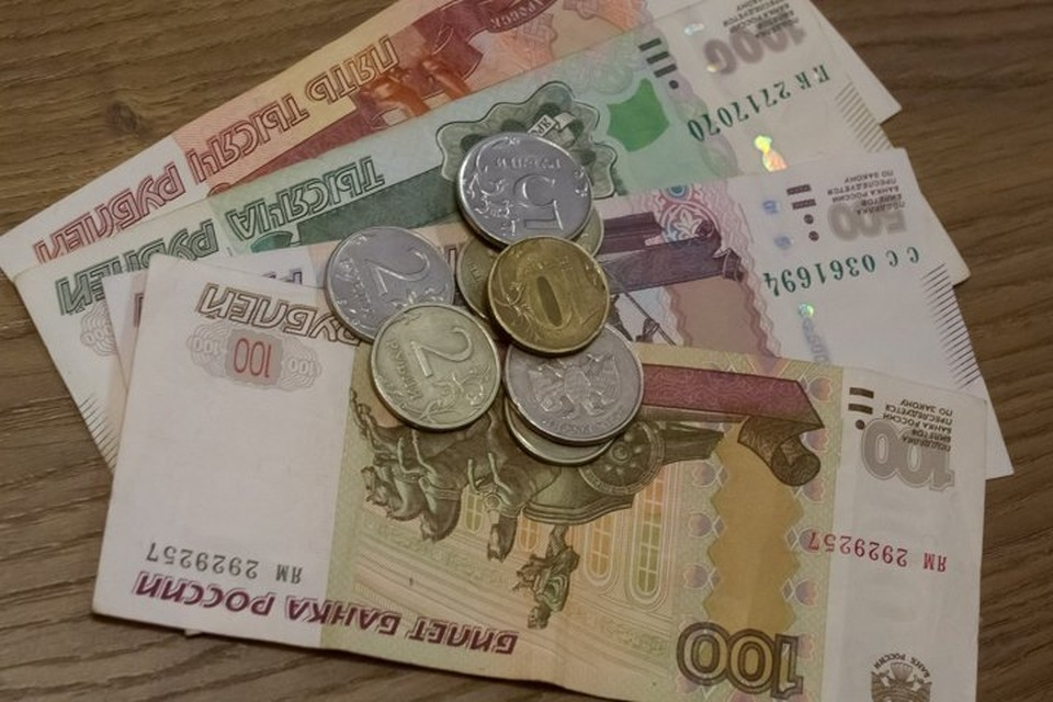Сотрудница сняла с банковского счета клиентки три тысячи рублей
