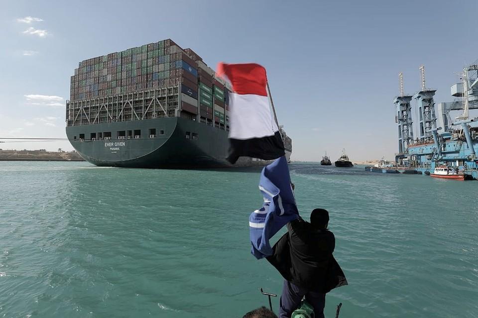 Жители Египта празднуют возобновление движения по Суэцкому каналу.