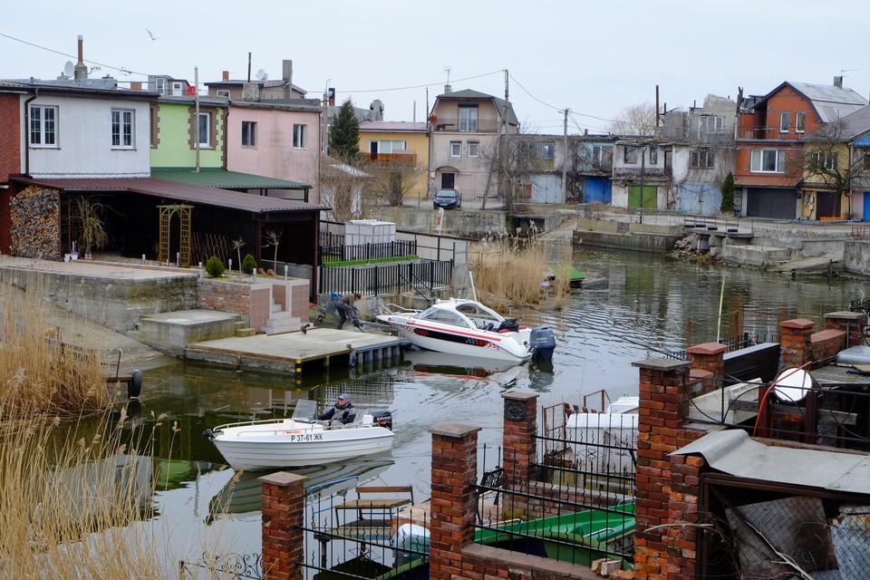 У многих жителей поселка есть свои лодки и катера.