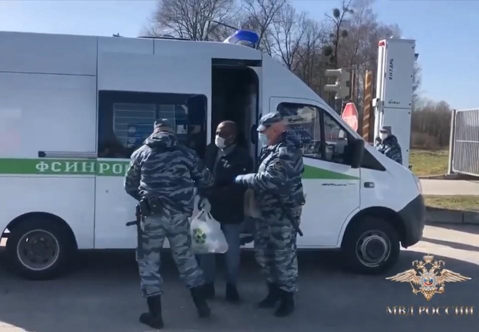 Африканского мага и кудесника российские полицейские с рук на руки передали польским коллегам.