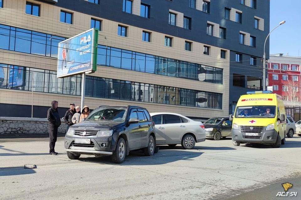 "В центре Новосибирска столкнулись три иномарки. Фото: ""АСТ-54"""
