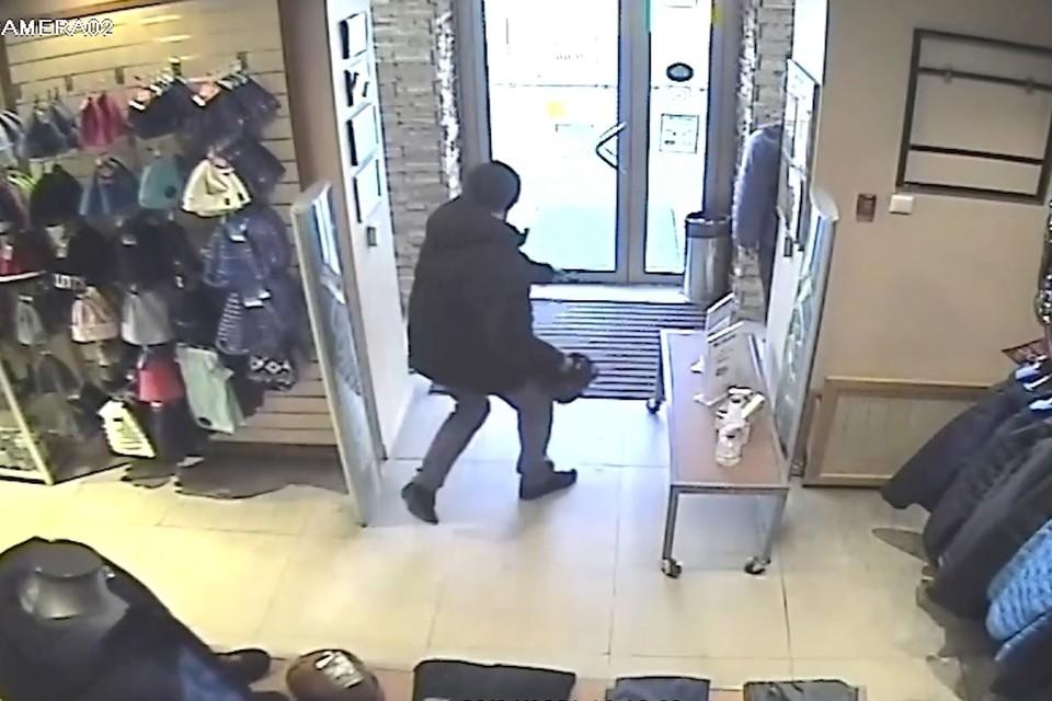 Схватив в магазине женскую сумку вор бросился к дверям. Скриншот видео: пресс-служба ОМВД России по городу Уссурийску