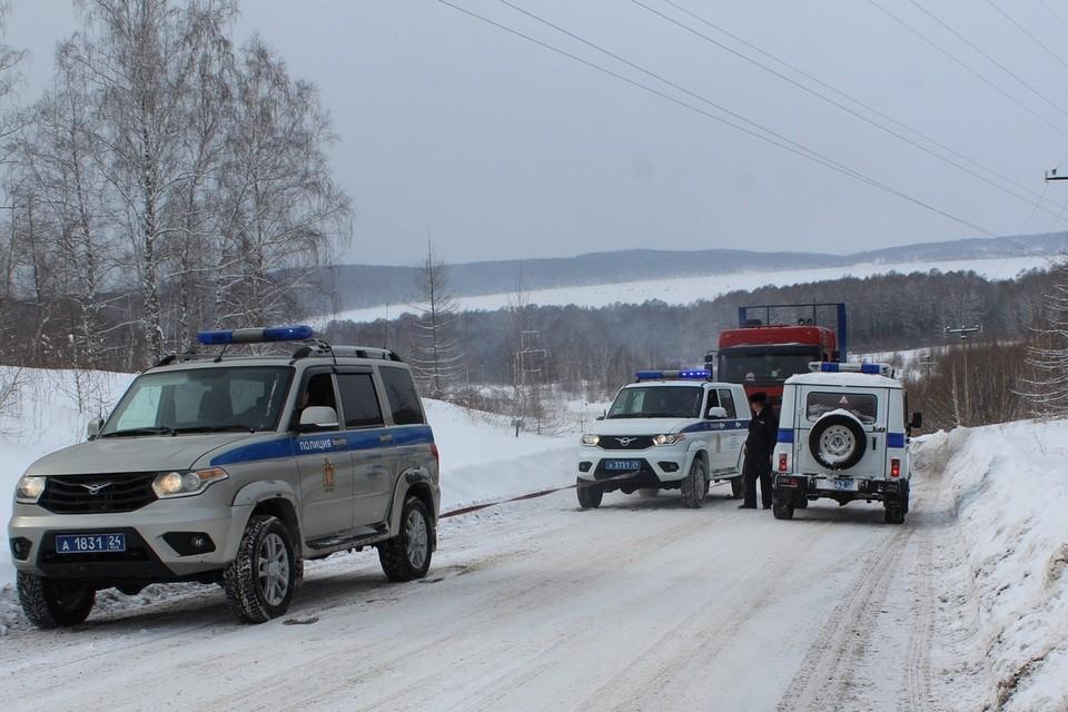 Два полицейских «УАЗика» вытянули в гору грузовик. Фото: пресс-служба полиции