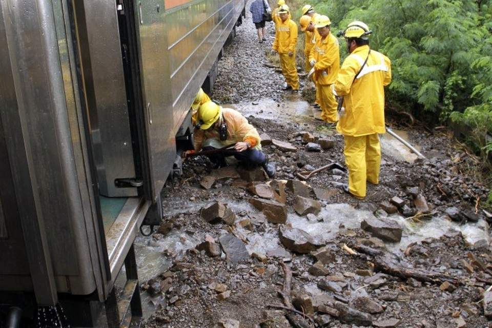 СМИ сообщили, что на востоке Тайваня сошел с рельсов пассажирский поезд
