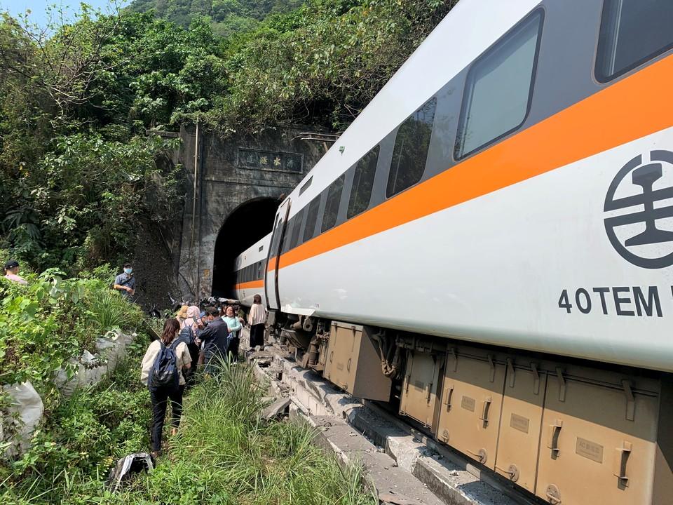 При крушении поезда на Тайване погибли 36 человек