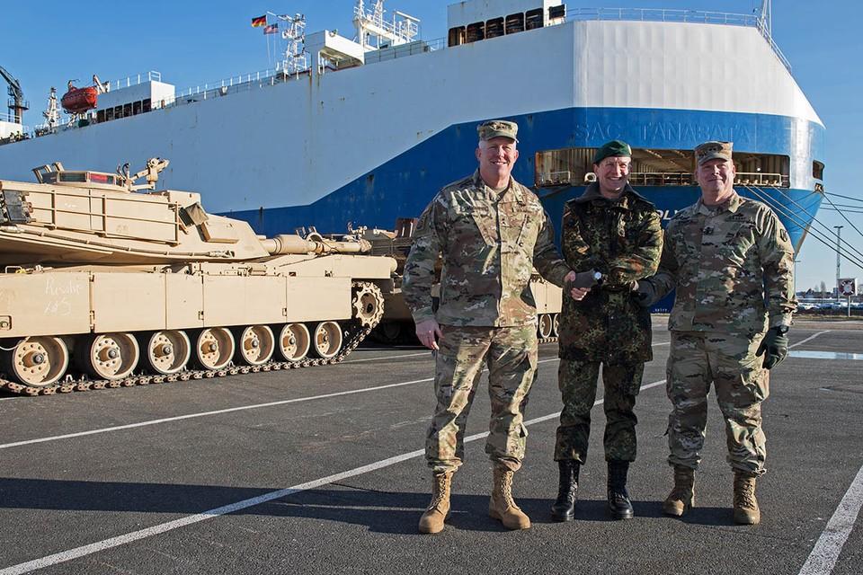 Уже почти 30 лет войска НАТО настырно придвигаются к нашим госграницам, а ее группировки распухают. Фото: EPA/TASS