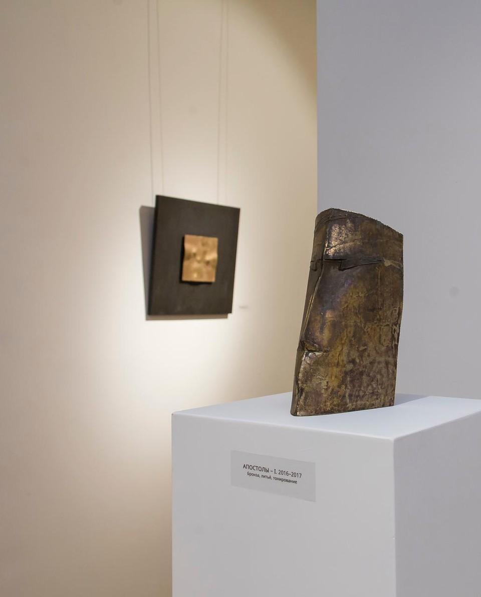 Основу экспозиции составляет серия «Апология», которую автор завершил в 2015 году.