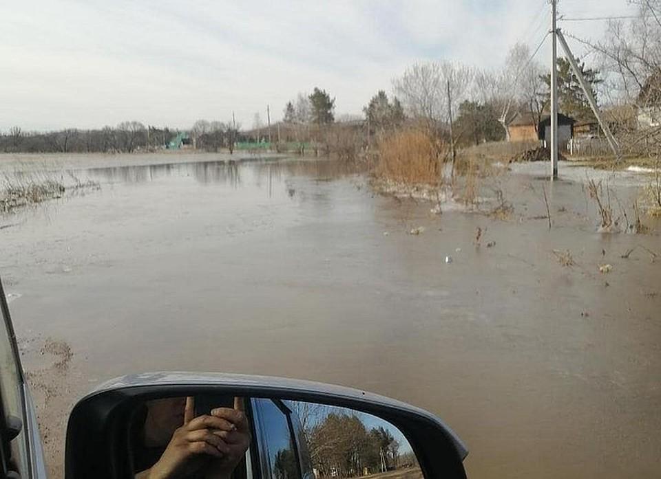 Проезд к селу затопило. Фото: Instagram/vseobovsem_lesozavodsk