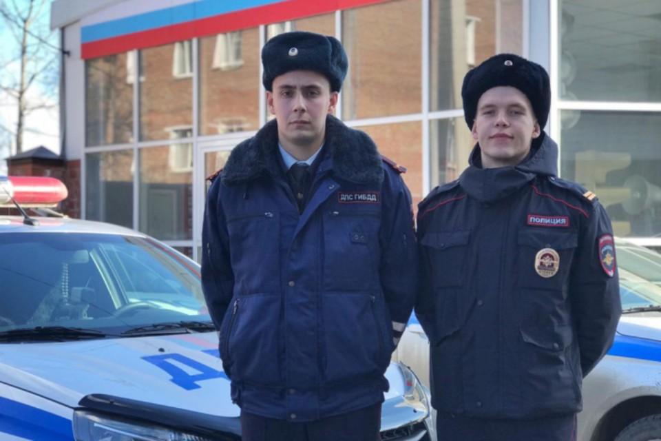 Инспекторы ГИБДД Дмитрий Алексеев (слева) и Егор Белобородов.