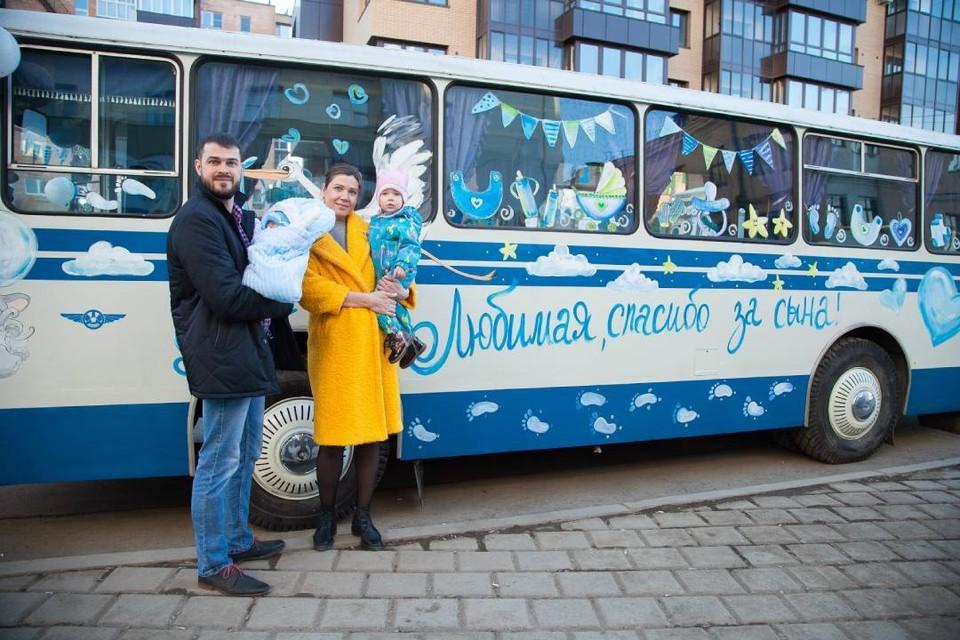 Сибиряк встретил жену из роддома на автобусе, который год назад сам собрал в подарок отцу-водителю. Фото: личный архив.