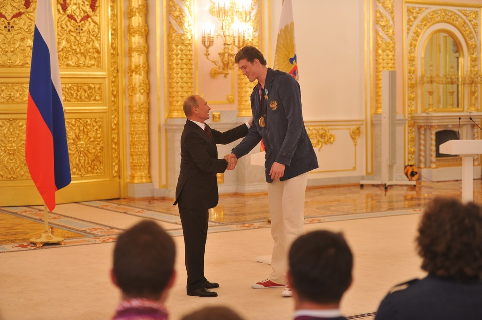 Президент РФ Владимир Путин и олимпийский чемпион сборной России по волейболу Дмитрий Мусэрский.