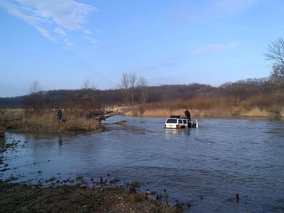 Спасатели вытащили джип из реки. Фото: Кубань-СПАС
