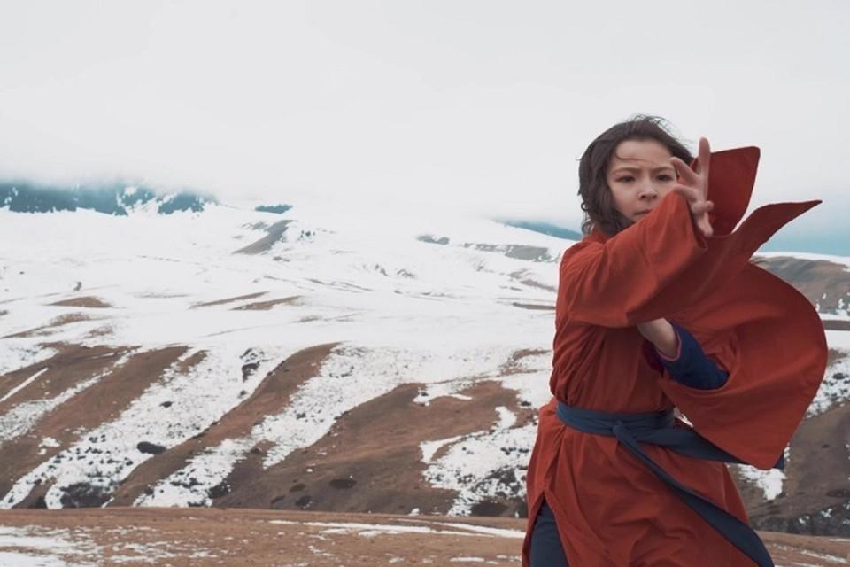 Маленькая артистка из Алматы серьезно занимается вокалом с 5 лет, поэтому сложные погодные условия не остановили юного профессионала в процессе съемок клипа.