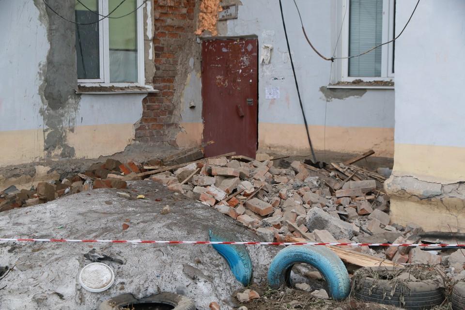 Фасадная балка рухнула возле одного из подъездов