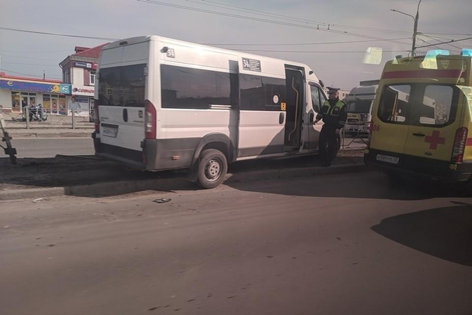 В Брянске маршрутка врезалась в ограждение у моста на проспекте Московском. Фото: vk.com.
