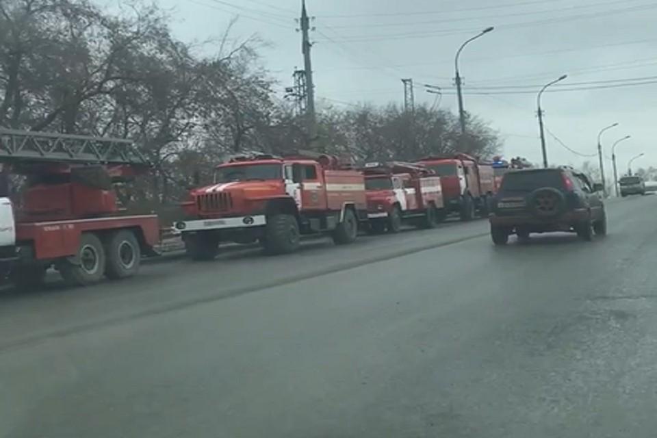 К стрелочному заводу в Новосибирске съехались пожарные машины. Фото: стоп-кадр.