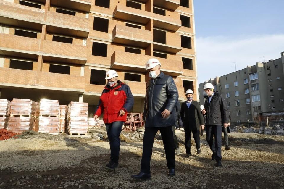 Сергей Цивилев: обманутые дольщики ЖК «Старт» в Кемерове получат квартиры уже в 2022 году. Фото: Пресс-служба АПК