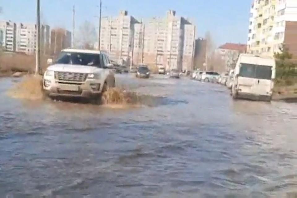 """Поток воды на Папанина. Скриншот с видео, группа """"Ярославль LIVE"""""""