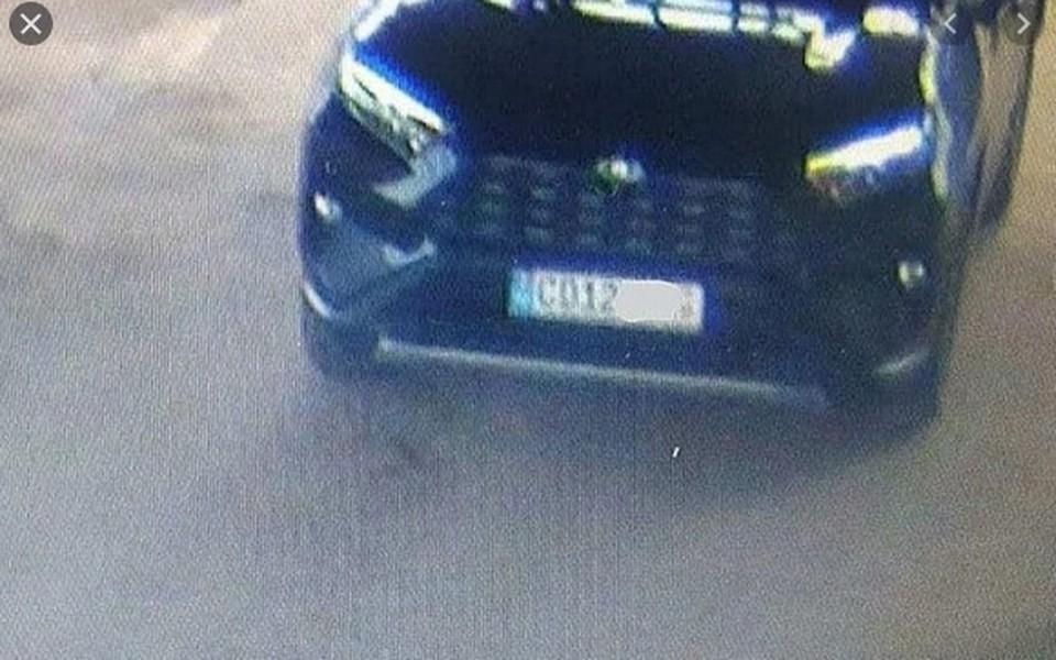 Чауса вывезли на автомобиле с дипломатическими номерами.