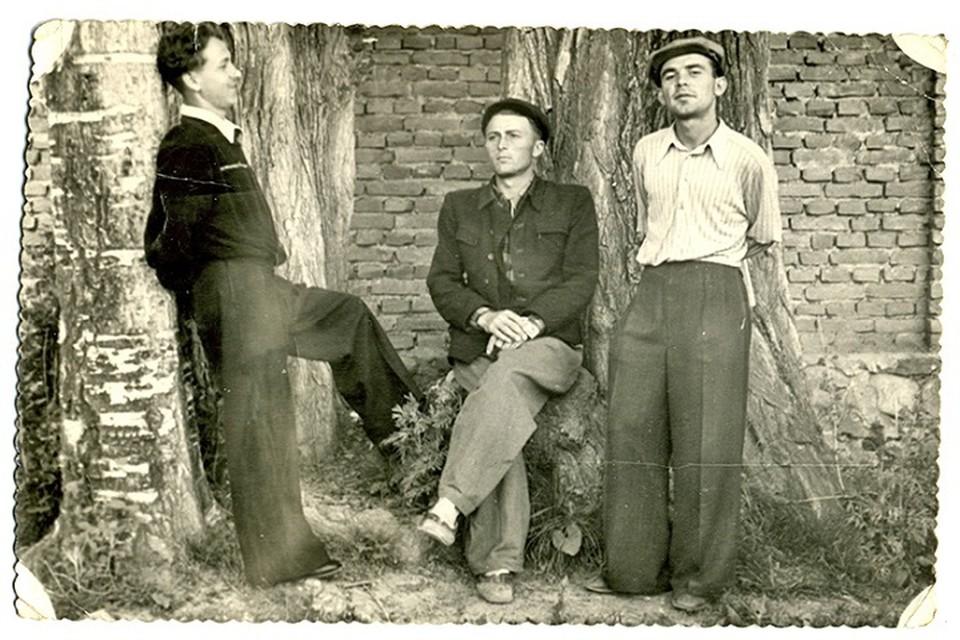 Так одевались модные селяне (снимок сделан в Талгаре). Стрелки на брюках были важным моментом мужской одежды.