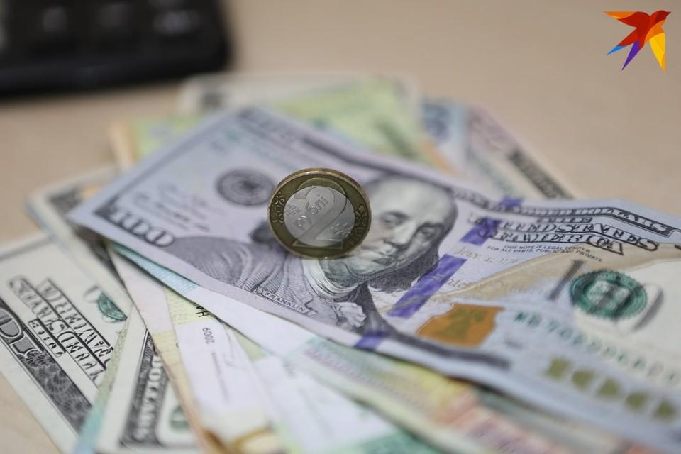 Белорусский рубль сильно сдал позиции к доллару и евро.