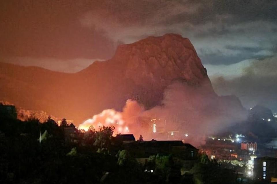 """Возгорание ночью было видно практически всем жителям поселка. Фото: Наталья Кириченко/""""Подслушано Судак""""/""""Вконтакте"""""""