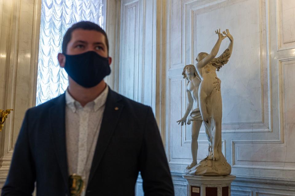 Убрать из Эрмитажа обнаженные статуи потребовал житель Петербурга. По его мнению, они развращают детей
