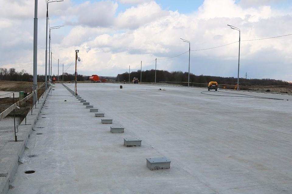 На мосту через Снежеть уже уложили выравнивающий слой из бетона.