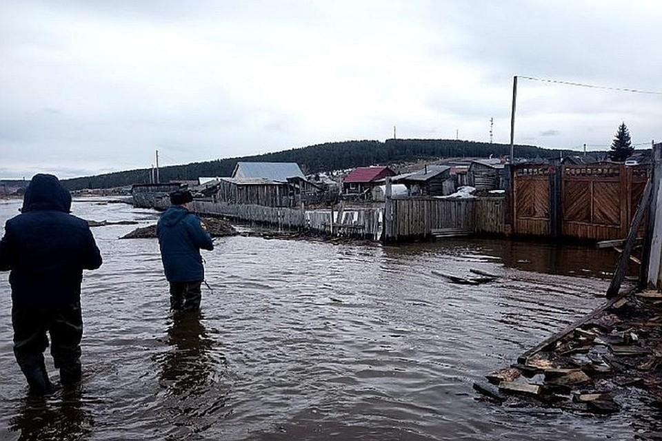 Большая вода уже отступает от поселка Залари.