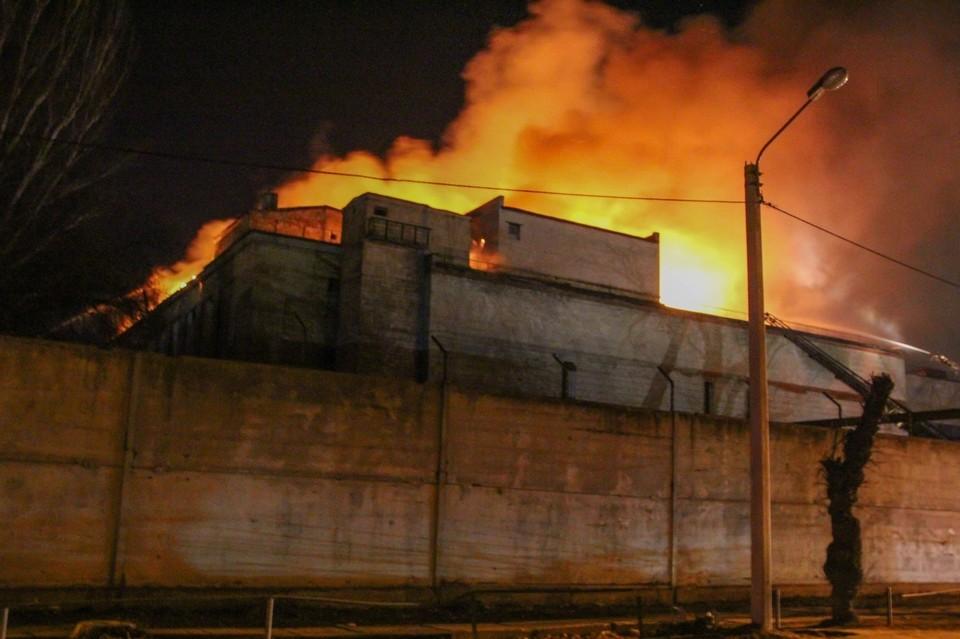 В Донецке горит здание мясокомбината