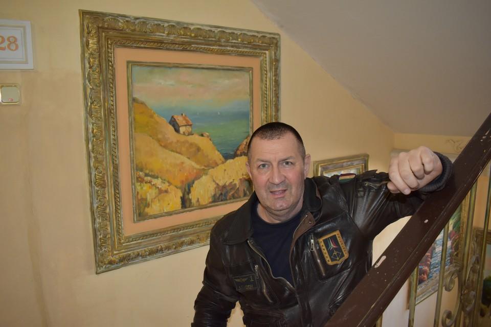 Ростовский художник Константин Николаев более 20 лет превращает обычный подъезд многоэтажки в картинную галерею. Фото: СЕЛИМОВ Артур.