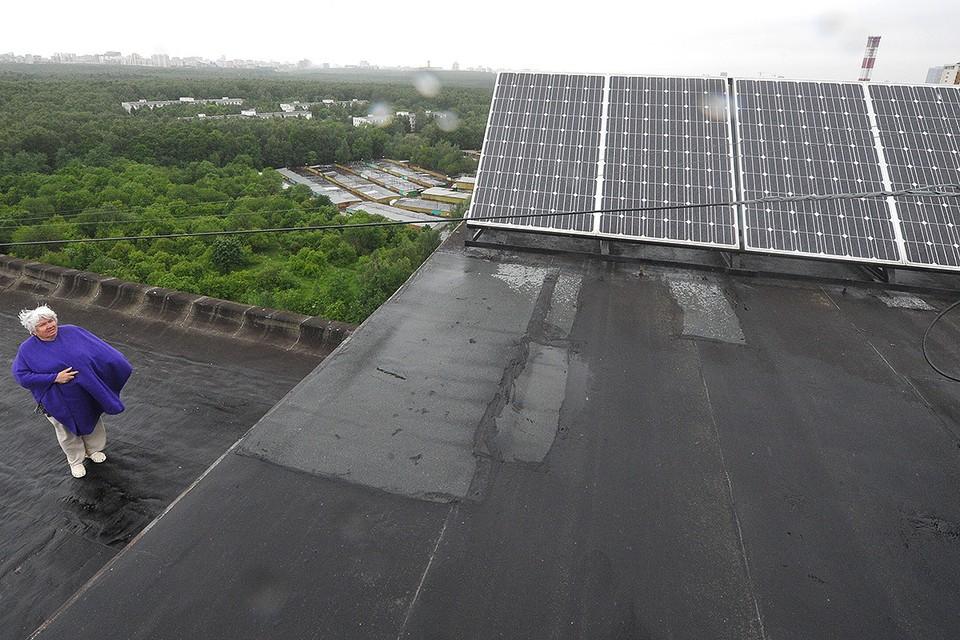 Солнечные батареи на крыше жилого многоквартирного дома в Москве на улице Днепропетровская.