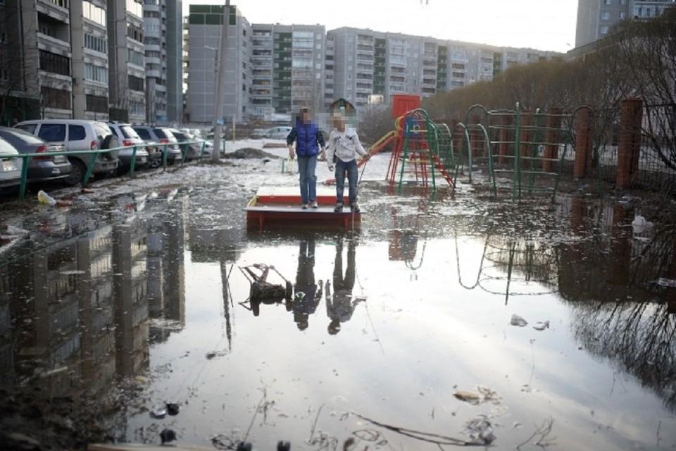 Под Новосибирском ребенок провалился в яму на детской площадке.