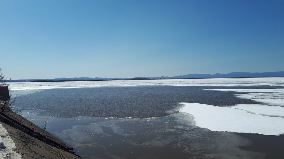 В районе набережной Хабаровска растаял лед у берега