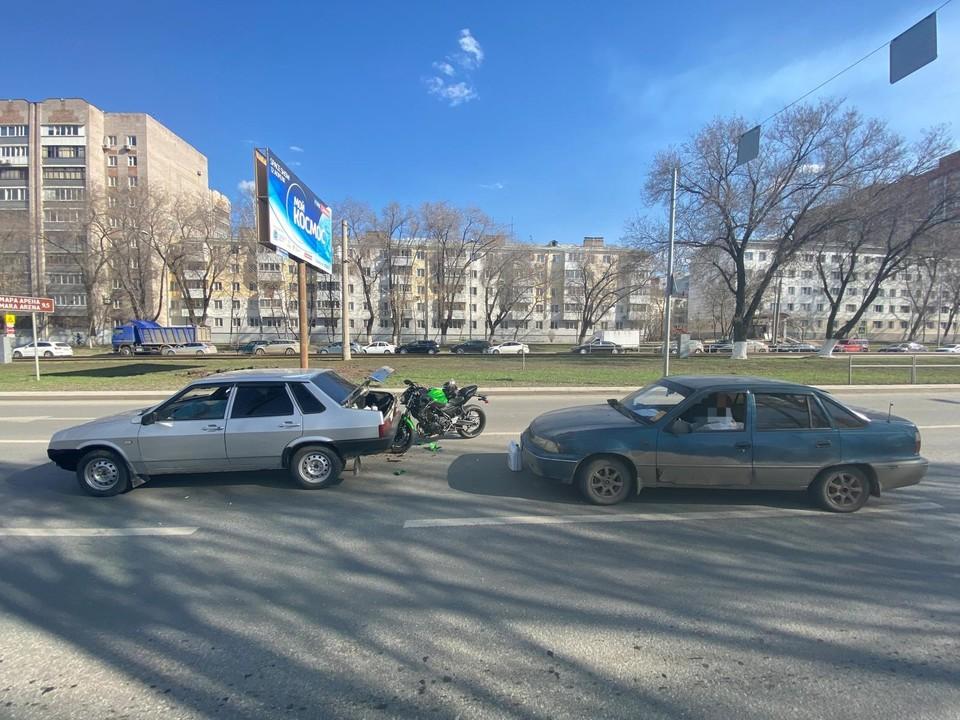 Мотоциклист в пробке в Самаре задел две машины. Фото - ГУ МВД России по Самарской области