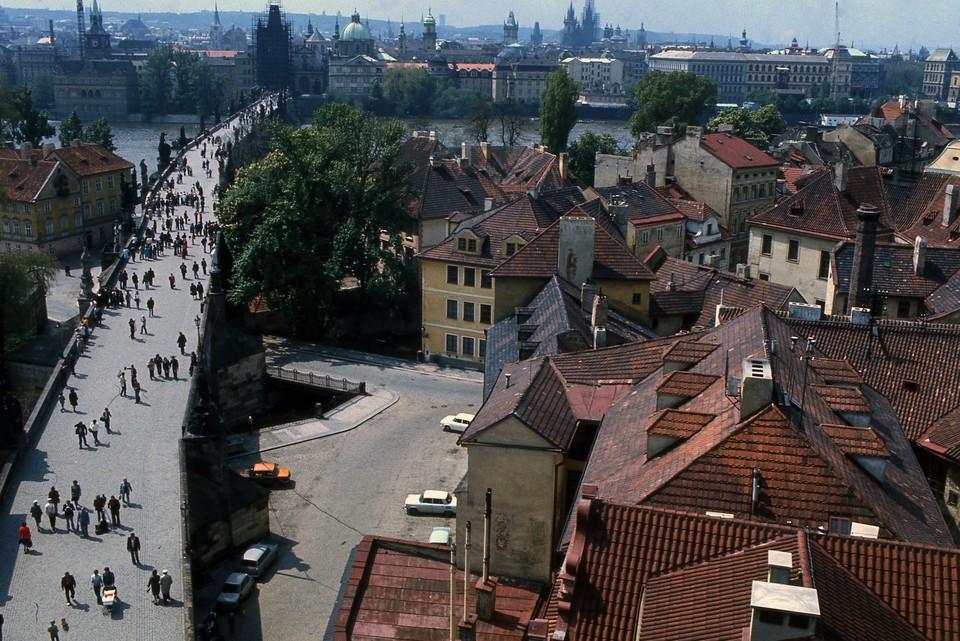 Чехия высылает из страны 18 российских дипломатов.