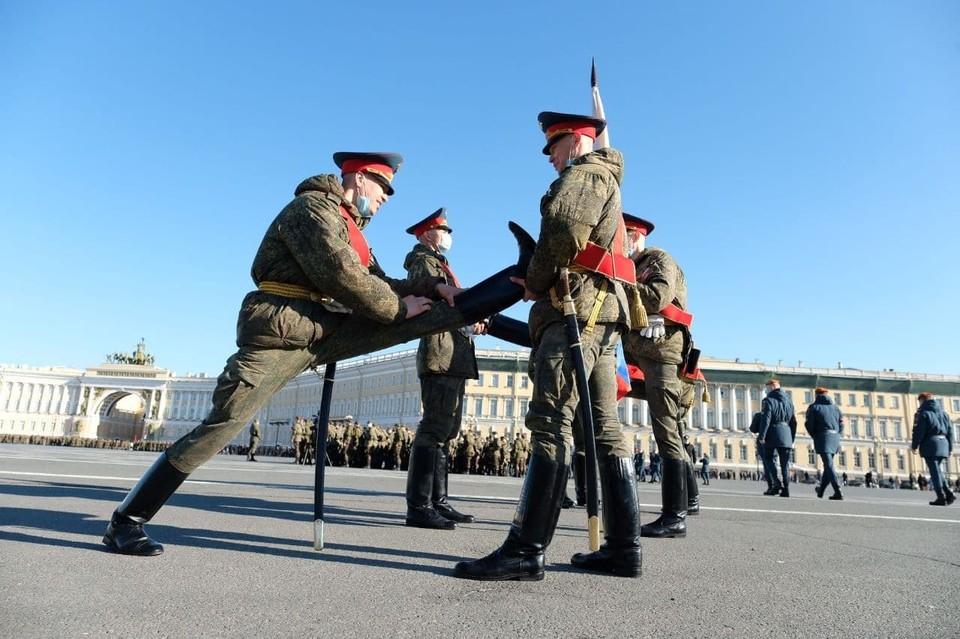 Первая репетиция парада Победы прошла в Петербурге на Дворцовой площади 19 апреля