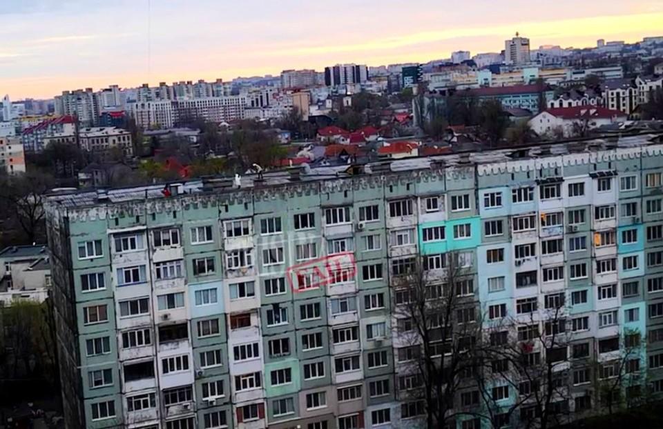 Оказывается, в Кишиневе можно легко забраться на крышу жилого многоэтажного дома. Фото: скриншот видео