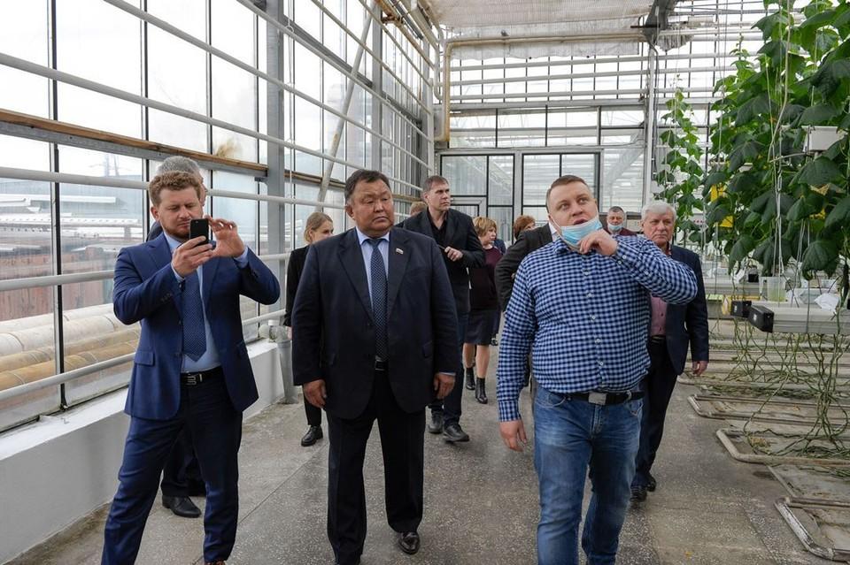 Депутаты Заксобрания ознакомились с мерами поддержки сельского хозяйства в Красноярском крае и работой местных предприятий.
