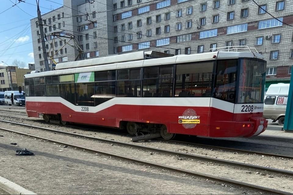 """В Новосибирске сломался очередной трамвай: у него оторвался тормозной элемент. Фото: """"Инцидент Новосибирск""""."""