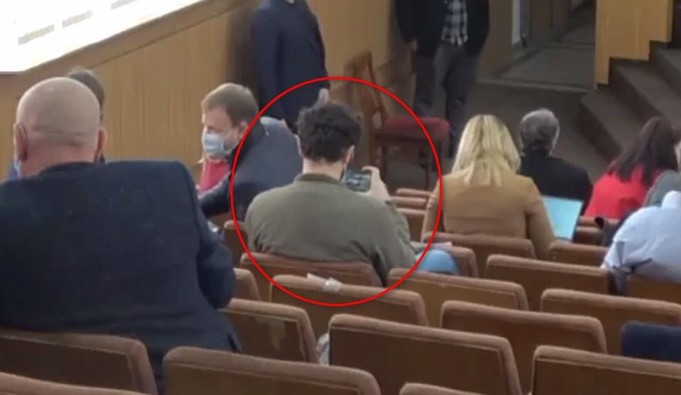 Играющим в танчики на заседании муниципального совета оказался советник от партии PAS Алекс Трубка. Фото: скриншот видео