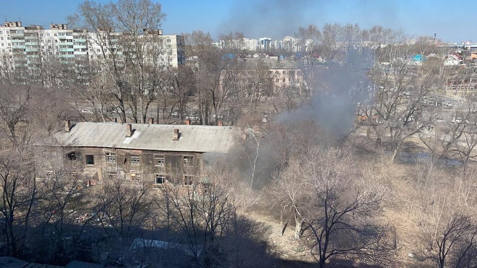 Огнем охвачен нежилой дом по ул. Волочаевской, 19